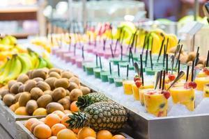 deliziosi gustosi cocktail dolci nel negozio con piatti d'asporto foto