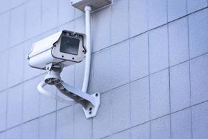 telecamera a circuito chiuso sul muro alto edificio. foto