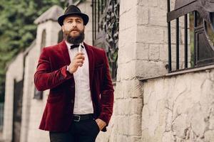 uomo barbuto con sigaretta elettronica foto