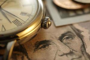 tempo e denaro. tono oro. vicino - immagine di riserva foto