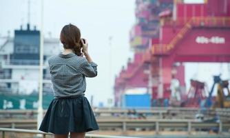 donna in piedi sul molo foto