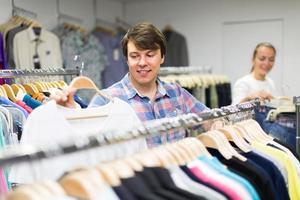 cliente maschio nel negozio di abbigliamento foto