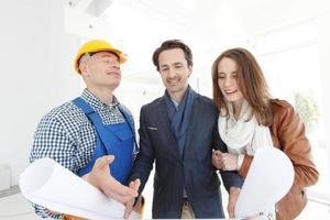 lavoratore mostra piano di costruzione foto