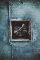 condotto di condizionamento abbandonato e ventilatore arrugginito