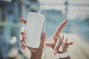 mani in alto con un telefono cellulare foto