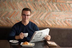 giornale uomo sorridente foto