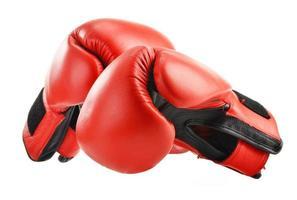 paio di guantoni da boxe in pelle rossa isolati su bianco foto
