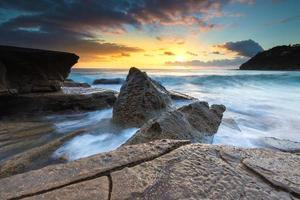 paesaggio marino naturale con cielo colorato all'alba