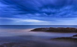 strisce di roccia di tamarama di mare foto