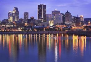 Skyline di Montreal al crepuscolo e St Lawrence River foto