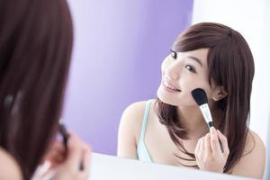 sorriso donna con pennelli trucco foto