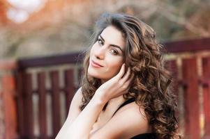 Ritratto di giovane e bella donna all'aperto
