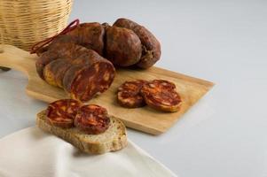 soppressata, salsiccia, salame italiano tipico della calabria foto
