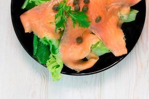 affumicare il salmone con insalata foto