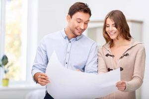 agente immobiliare piacevole che mostra piatto al cliente foto