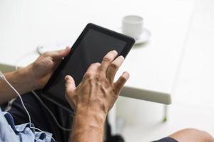 mano toccando sul tablet touch screen digitale foto