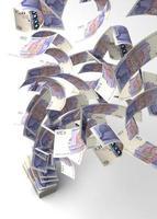 sterline inglesi volanti da una pila di soldi foto