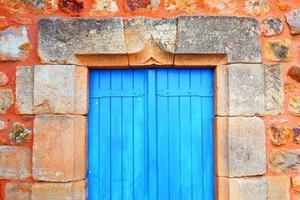 la porta blu chiusa foto