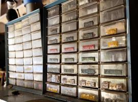 vecchia cassetta degli attrezzi nell'officina del riparatore foto