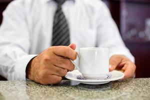 barista in possesso di una tazza di caffè foto