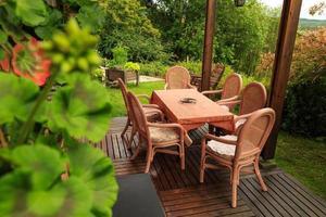 mobili da giardino su un piano di calpestio