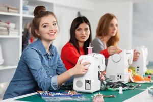 donne in un laboratorio di cucito foto
