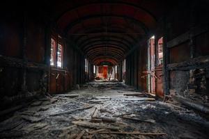 interno del veicolo disordinato di una carrozza ferroviaria foto