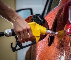 ricarica manuale con carburante. foto
