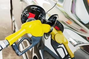 pompa del carburante self service nella stazione dell'olio