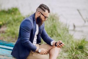 uomo barbuto sulla barca