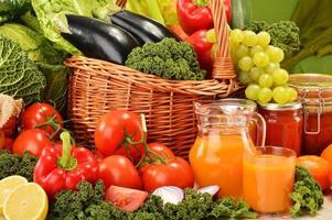 cesto di vimini con frutta e verdura biologiche assortite foto
