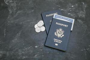 due passaporti statunitensi e tessera previdenziale su sfondo nero foto