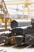 stoccaggio di tubi di acciaio nel magazzino esterno foto