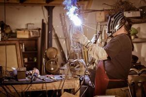 operaio metallurgico in piedi in officina foto