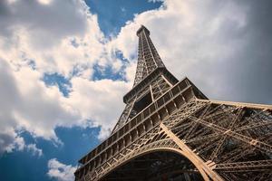 Torre Eiffel isolata contro il cielo nuvoloso blu. Parigi, Francia.