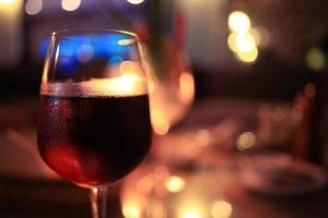 bicchiere di vino ristorante interno che serve la cena