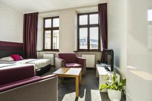 camera d'albergo moderna con tema viola