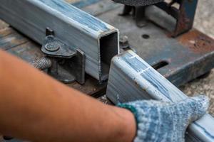 primo piano di profilati d'acciaio tagliati con troncatrice composta foto