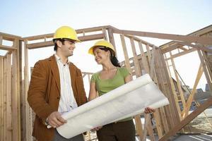 coppia che sta costruendo la casa foto