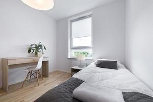 piccolo e moderno design degli interni della camera da letto