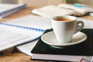 tazza di caffè si trova su un diario foto