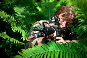soldato che punta una pistola foto