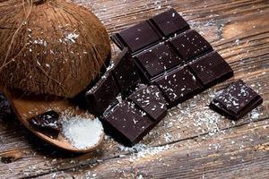 cioccolato e cocco sul vecchio tavolo foto