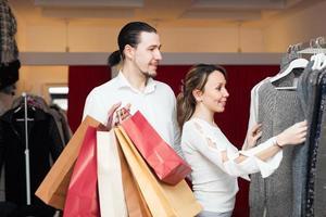 coppia gioiosa in boutique foto