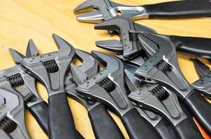 set di utensili a mano su uno sfondo di legno, foto