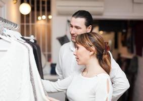 coppia ordinaria in boutique foto