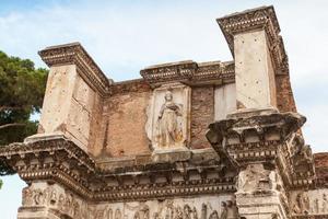 resti del tempio di minerva, roma, italia