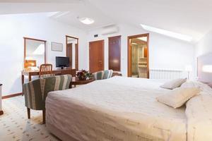 interno camera da letto in appartamento loft foto