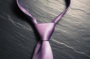 cravatta elegante su sfondo scuro foto