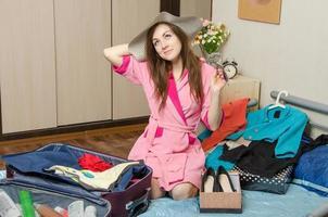 ragazza che sogna di vacanza imballando le valigie